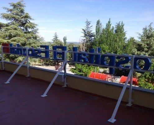 Rótulo corpóreo luminoso para el hospital El Escorial: parte trasera y estructura