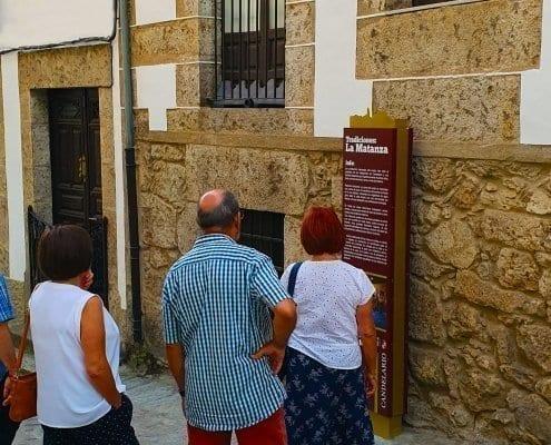 Señaletica - Tradiciones la Matanza - Gente de visita en Candelario (Salamanca)