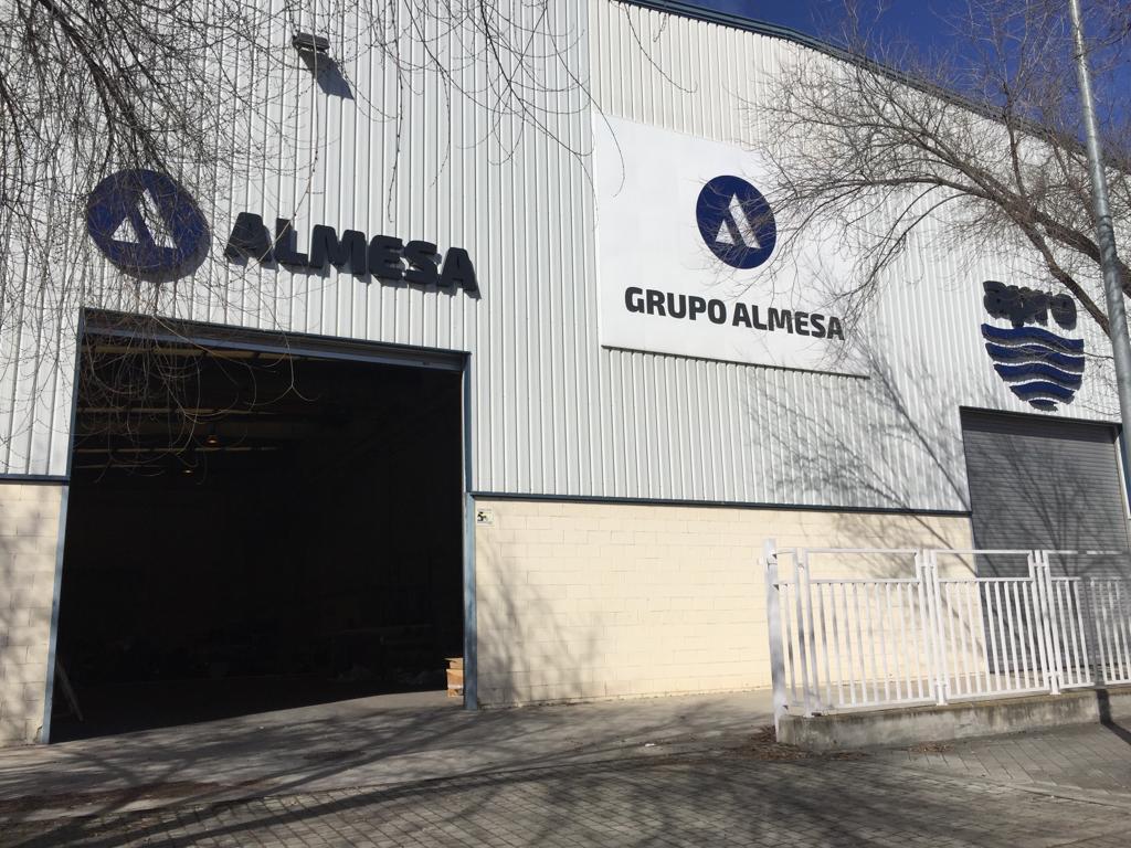 Foto de cerca con logos de cerca de Grupo Almesa y Apro
