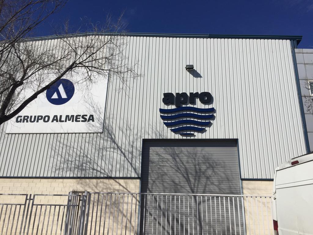Foto exterior con logos de Grupo Almesa y Apro