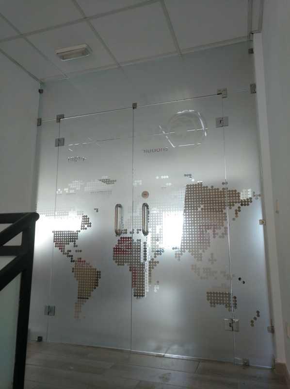 Vinilo de cristal con mapamundi