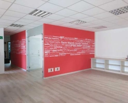 Rotulación gráfica para pared de color rojo y letras blancas