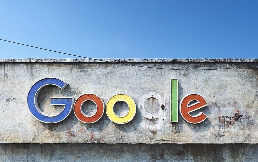 Rótulo destartalado Google